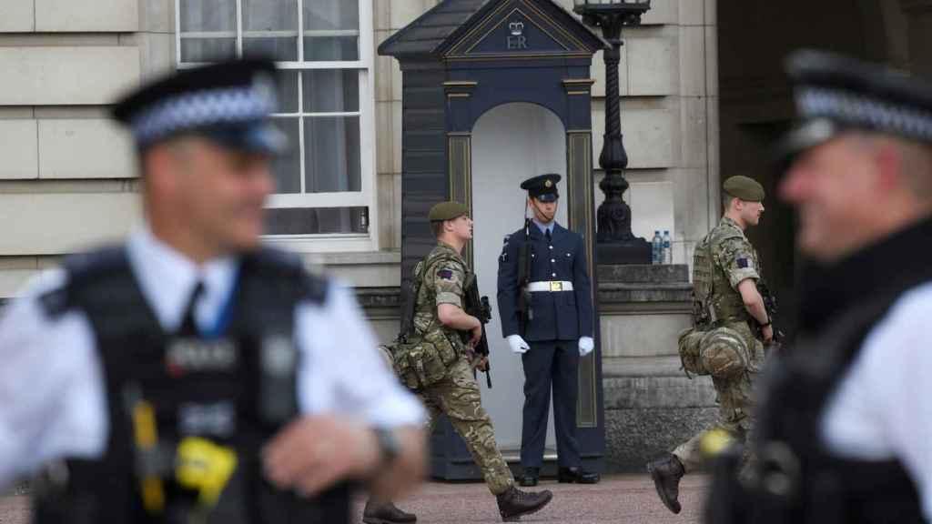 Soldados y policías patrullan las calles de Londres este miércoles