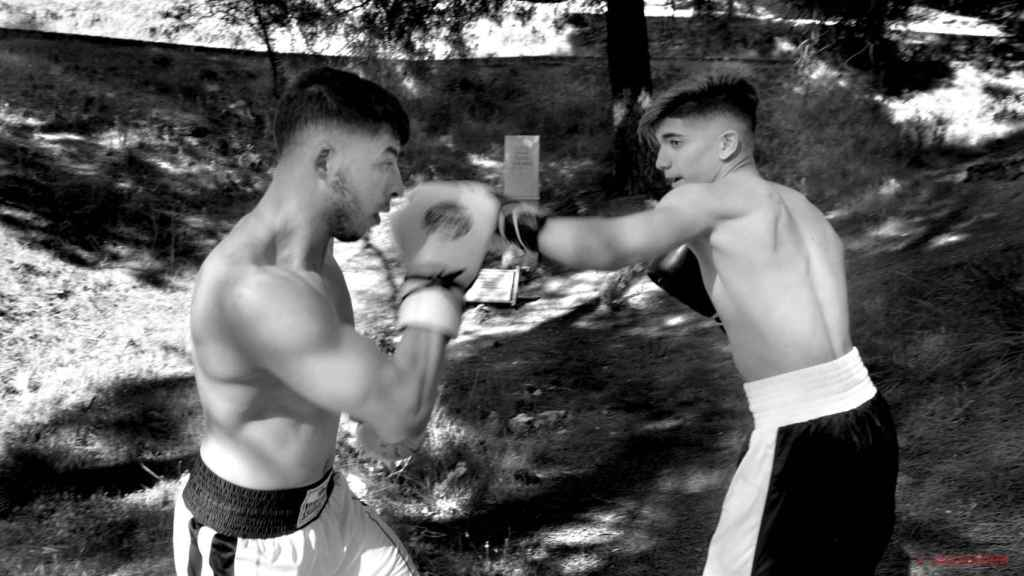 Un momento de la acción de los boxeadores.