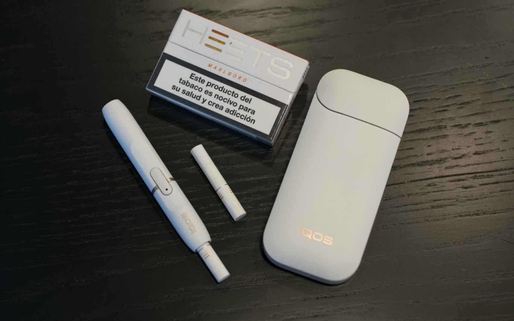 El dispositivo Iqos para calentar el cigarro, para fumarlo, y la cajetilla.