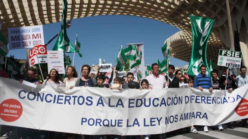 Manifestación  contra la decisión de la Junta de Andalucía de retirar el concierto