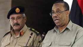 A la derecha, el exprimer ministro libio durante el periodo de interinidad
