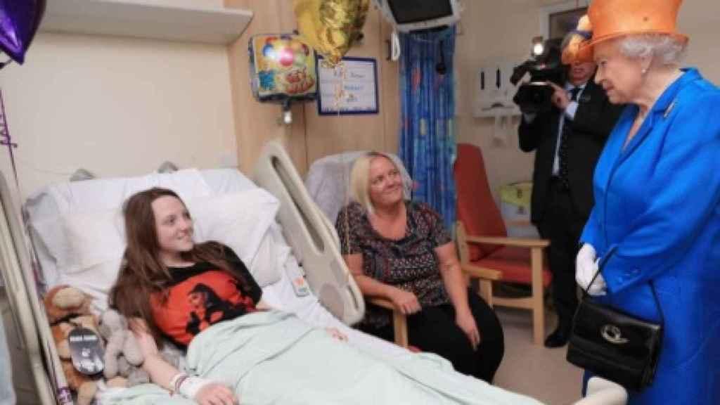 La monarca británica durante su visita al hospital infantil de Manchester