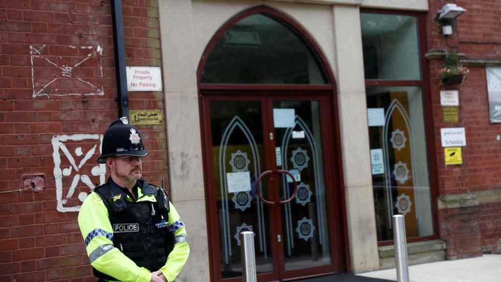 Un policía frente a una de las mezquitas de Manchester.