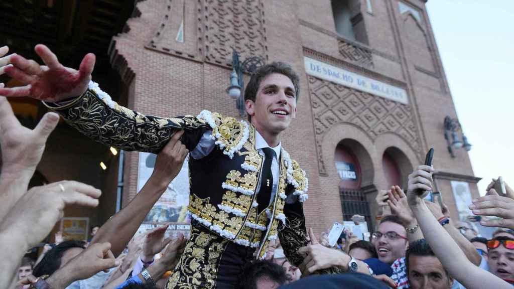 La muchedumbre quiere tocar a Ginés Marín, en volandas por la Puerta Grande de Madrid