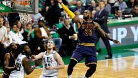 LeBron James deja una bandeja ante los Celtics.