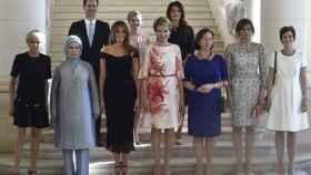 Arriba: el marido del primer ministro de Luxemburgo, Gauthier Destenay; la primera dama de Eslovenia, Mojca Stropnik; la primera dama de Islandia, Thora Margret Baldvinsdottir. Abajo: la primera dama de Francia, Brigitte Trogneux; la de Turquía, Emine Erdogan; la de EEUU, Melania Trump; la reina de Bélgica, Matilde, la de Noruega, Ingrid Schulerud-Stoltenberg, la de Bulgaria, Desislava Radeva y la primera dama de Bélgica, Amelie Derbaudrenghien.