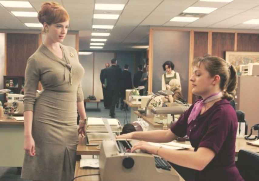 Joan Harris poniendo orden entre las secretarias de 'Mad Men'