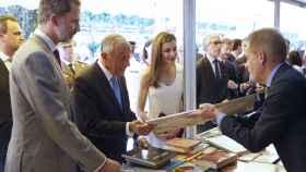 Los Reyes visitan la Feria del Libro.