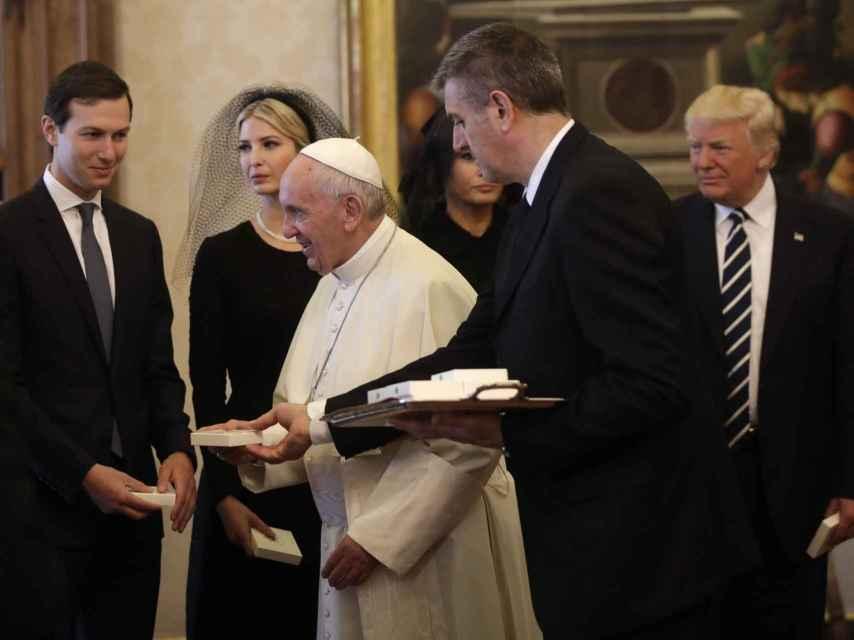 Jared e Ivanka junto al papa en la reciente visita al Vaticano del presidente de EEUU Donald Trump.