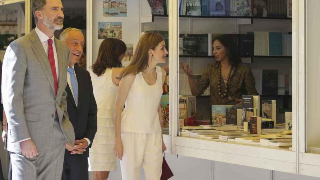 Felipe VI y Letizia, en la Feria del Libro.