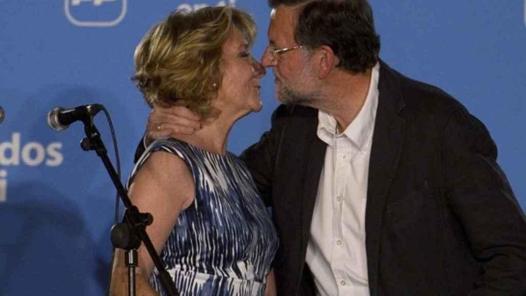 Mariano Rajoy saluda a la expresidenta madrileña Esperanza Aguirre.