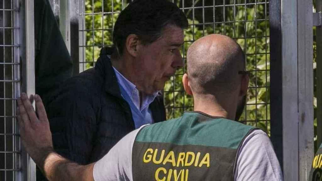 Ignacio González junto a un agente de la UCO el día de su detención, el 19 de abril pasado