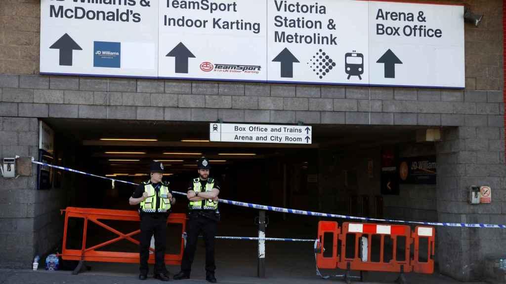 Oficiales de policía en el Manchester Arena.