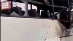 Estado en el quedó el autobús atacado.