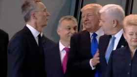 Imagen del empujón de Trump al presidente de Montenegro.