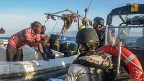 Soldados españoles se aproximan a una embarcación somalí en aguas del Índico.