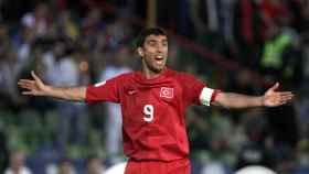 Hakan Sükür en un partido con la selección turca.