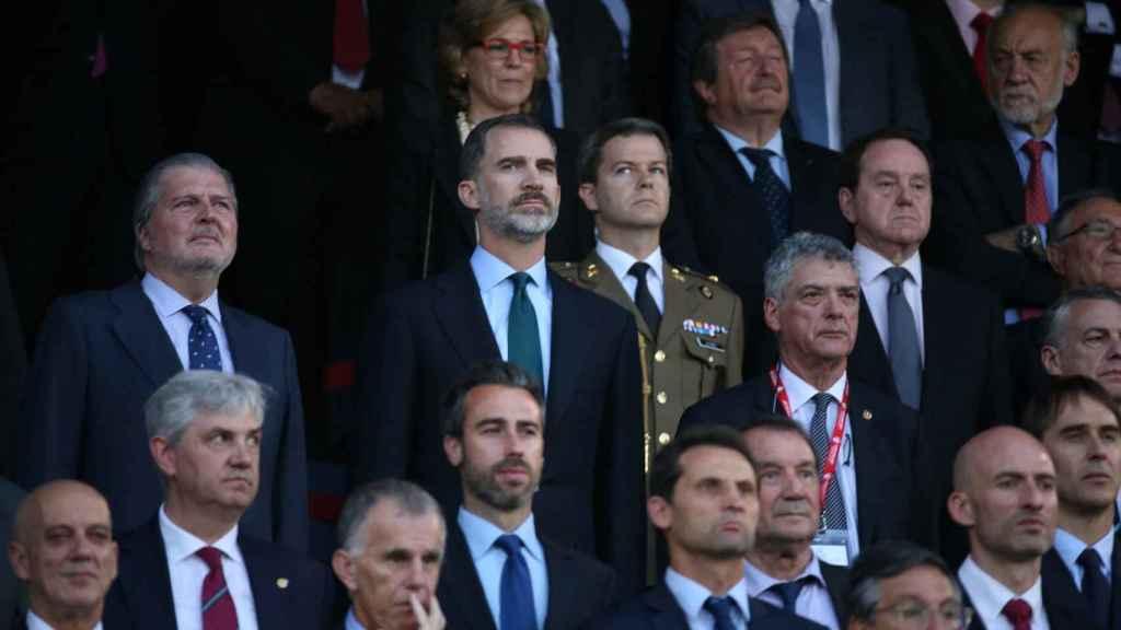 Felipe VI, entre Íñigo Méndez de Vigo y Ángel María Villar, en el palco del Calderón.