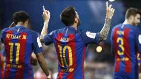 Messi celebra con Piqué y Neymar su gol en la final de Copa.