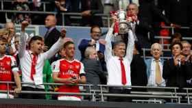 Wenger levanta el FA Cup.