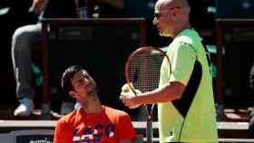 Agassi, con Djokovic durante un entrenamiento en Roland Garros.