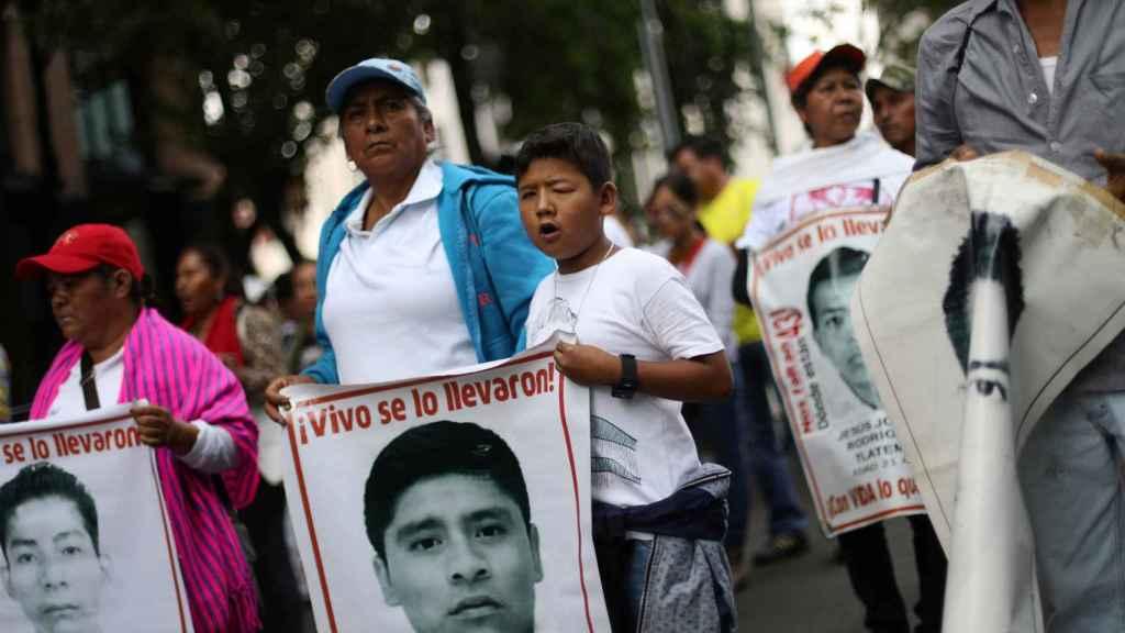 Familiares de los 43 estudiantes desaparecidos de Iguala, en una manifestación este sábado