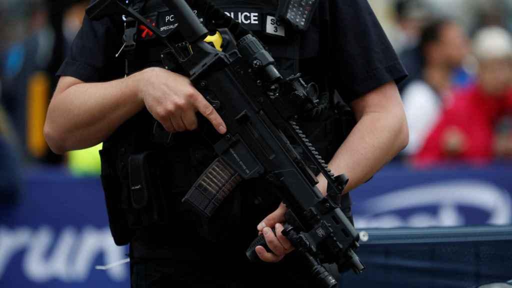 Un agente de policía de Manchester patrulla por la calle.