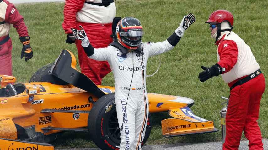 El piloto español, al salir de su coche tras el abandono.