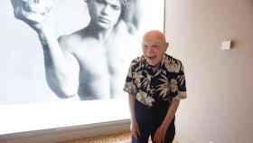 Duane Michals junto a una de sus fotografías incluidas en la exposición de Mapfre.