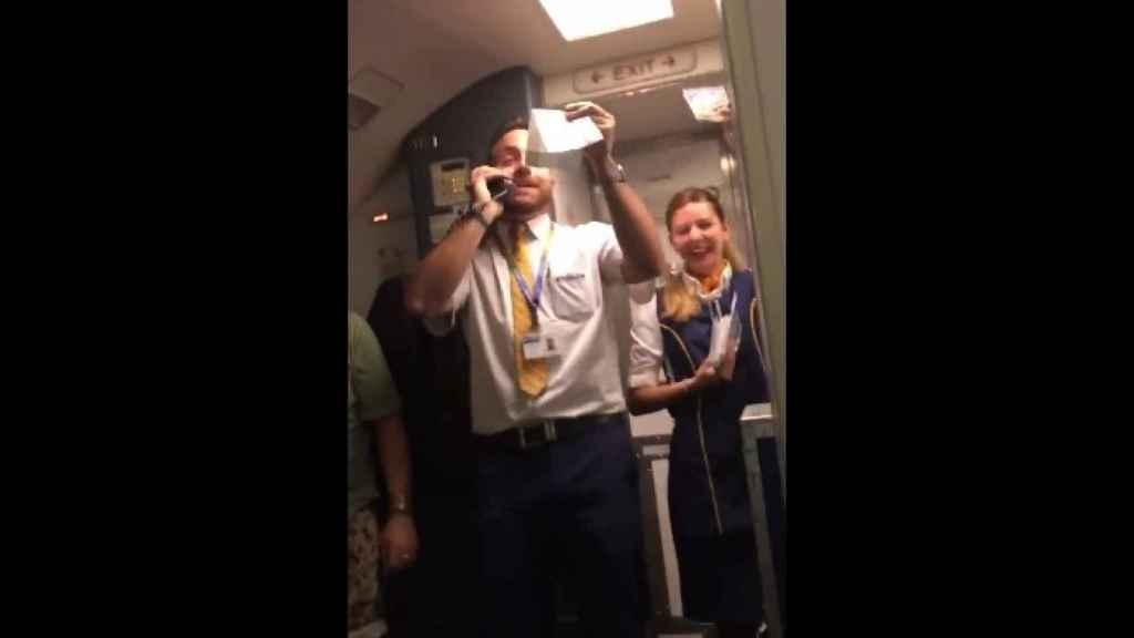 Javier Otero en plena actuación musical durante el vuelo.