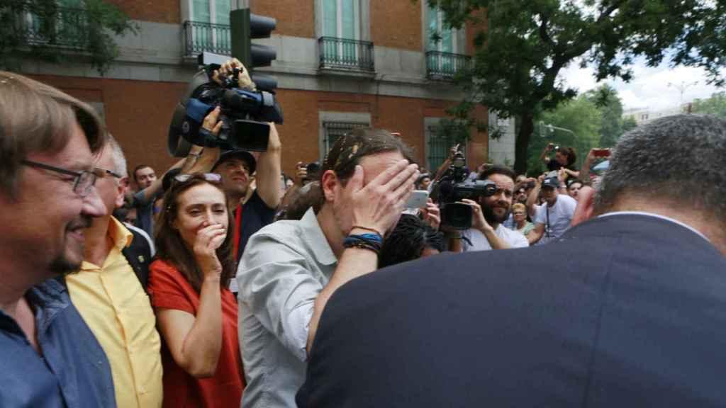 Pablo Iglesias limpiándose tras el 'huevazo' recibido.