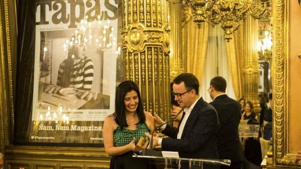 Paco Morales recibiendo el premio Chef Of The Year 2016 junto a Mariana Tapias.   Foto: Carlos Cortés.