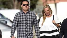 Belén Esteban y su novio, Miguel, a su llegada al juicio.