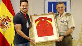 Damián Quintero hace entrega de una camiseta en su visita al Estado Mayor de la Defensa.