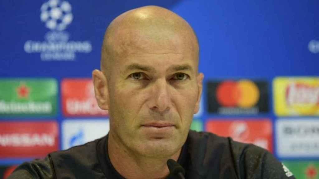 Zidane atento durante la rueda de prensa. Foto: Lucía Contreras / El Bernabéu