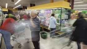 Varias personas compran en un supermercado