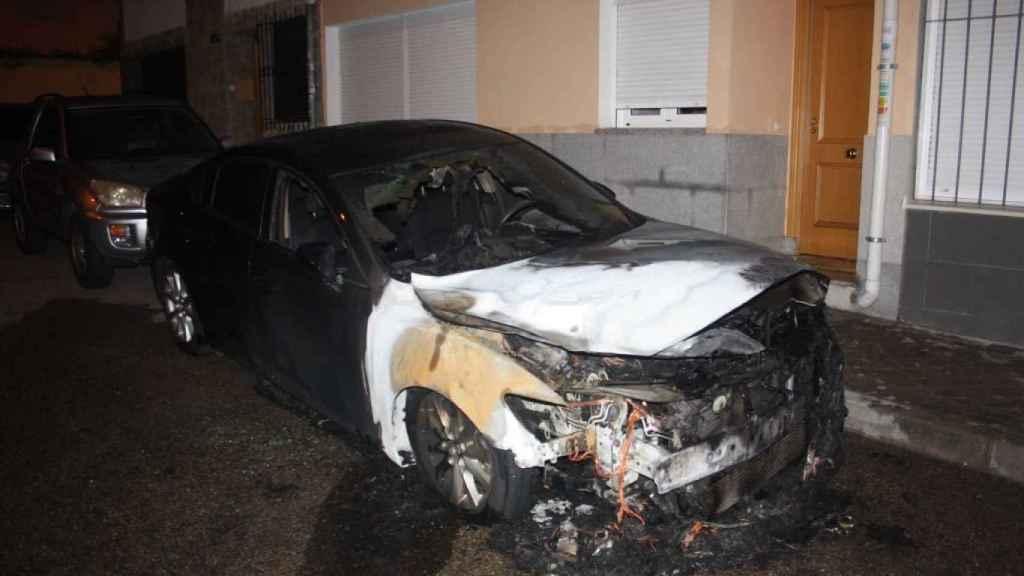 Un coche de Cabify incendiado por radicales.