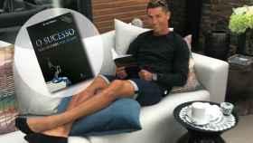 Cristiano Ronaldo disfruta de un té y de su inseparable libro.