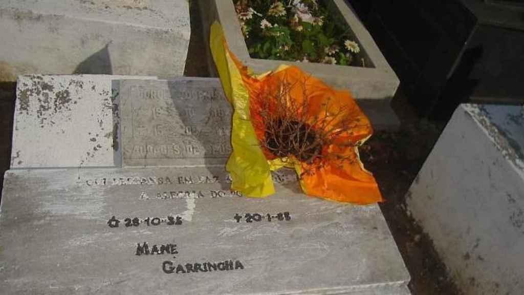 El nicho de Garrincha en el cementerio de Magé.