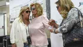 María Teresa Campos, ayudada por sus hijas, Terelu y Carmen Borrego.