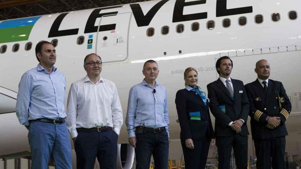 El consejero delegado de IAG, Willie Walsh (3i), el presidente de Iberia, Luis Gallego (2i), y el presidente de Vueling, Javier Sánchez-Prieto (i), junto a miembros de la tripulación.