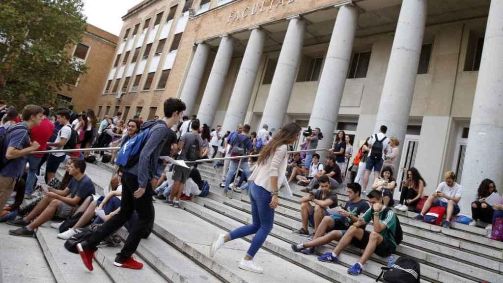 Estudiantes a las puertas de la Complutense antes de examinarse de Selectividad