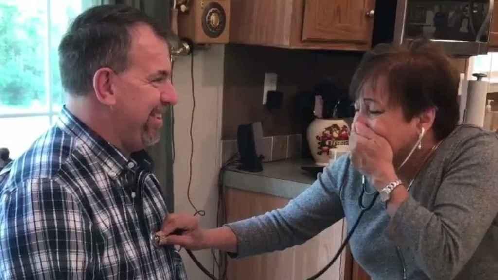 Anna Ricks escucha emocionada el corazón de su hijo fallecido en otro hombre.