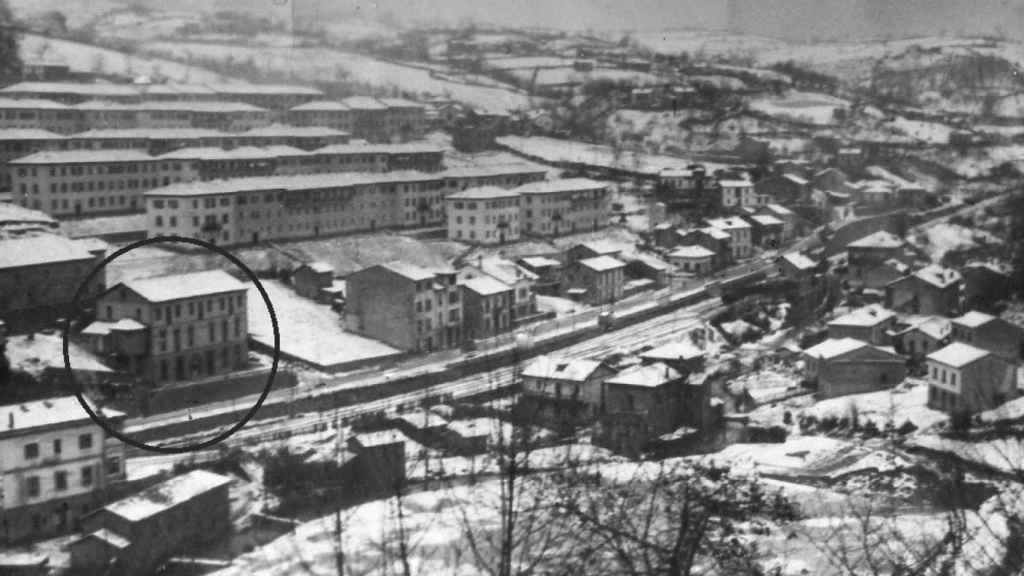 Panorámica de Tuilla en 1953, cuando Fernández Villa tenía 10 años; en un círculo, la casa de su familia.