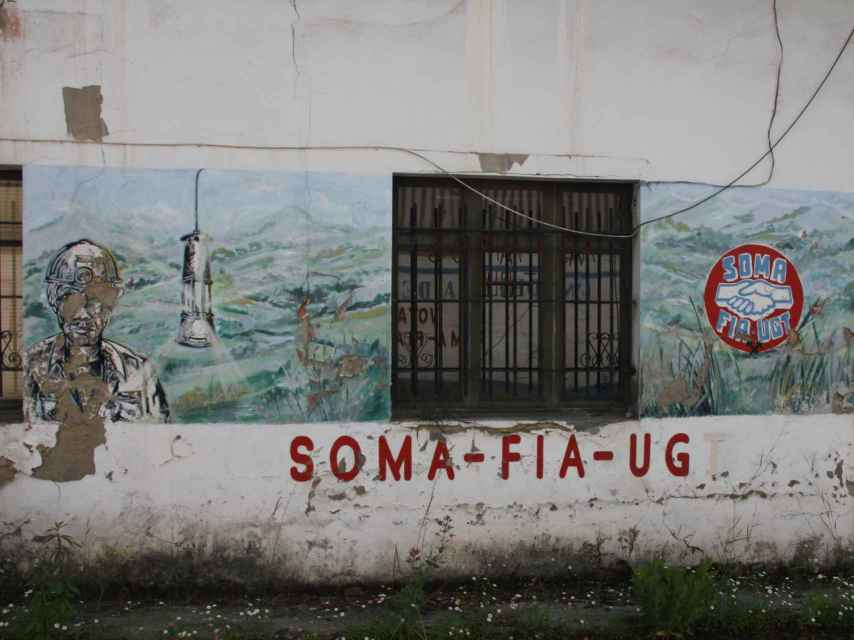 En Pozo Candín, la mina más próxima de Tuilla y hoy abandonada, aún lucen pintadas en favor del SOMA-UGT.