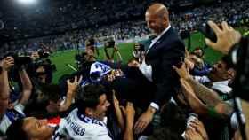 Zidane y sus jugadores celebran uno de los títulos de la pasada temporada.