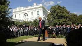 Trump abandona el jardín tras hacer el comunicado sobre el acuerdo.