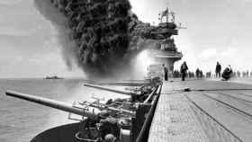 Un portaviones de EEUU en llamas durante la batalla.