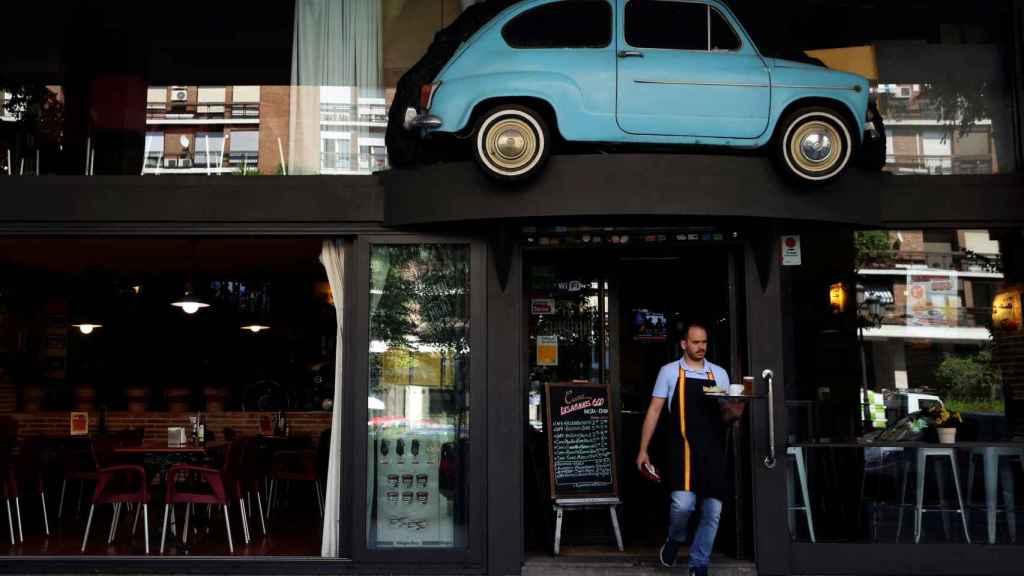 Un camarero atiende la terraza en Madrid.