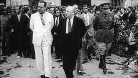 De izquierda a derecha, Juan Negrín (de blanco), Indalecio Prieto y el general Vicente Rojo.
